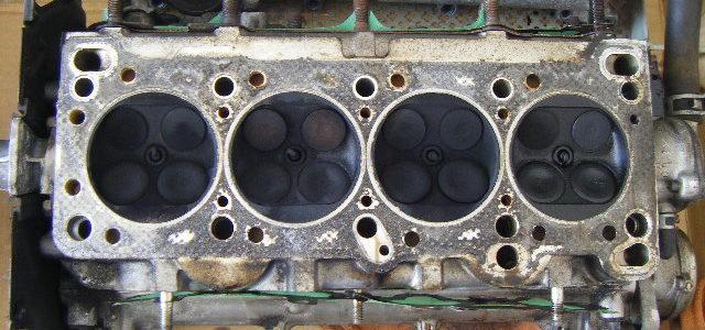 洗浄前のシリンダーヘッド